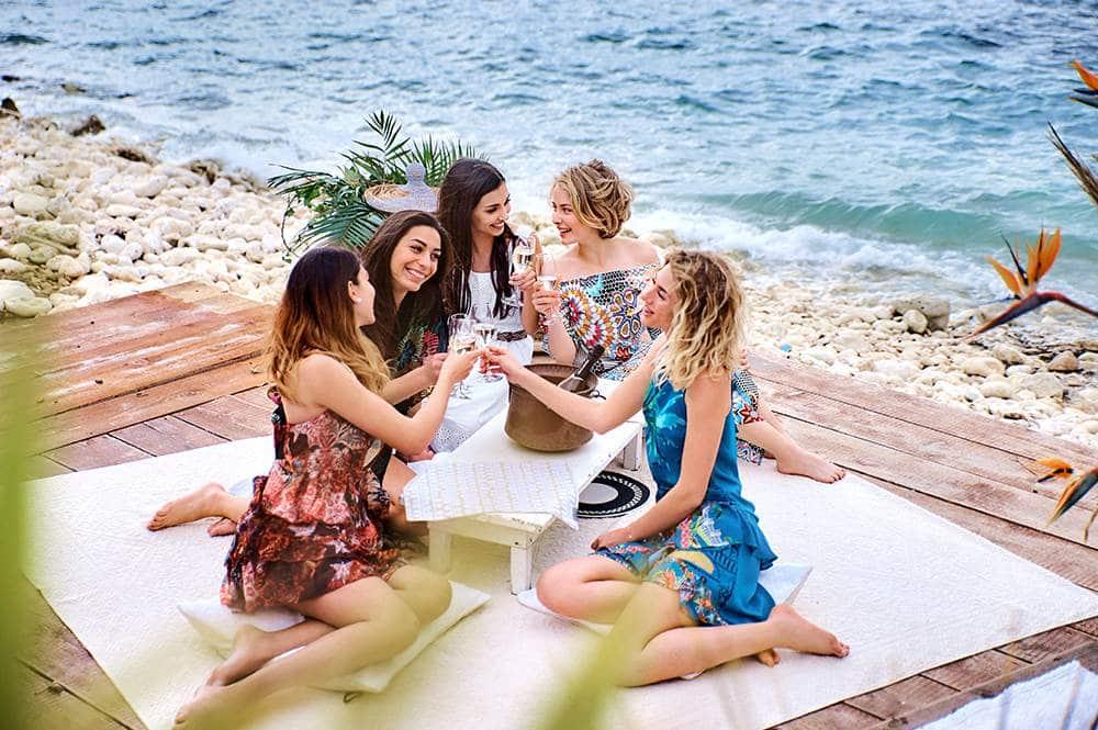 девичник на пляже на острове в Италии
