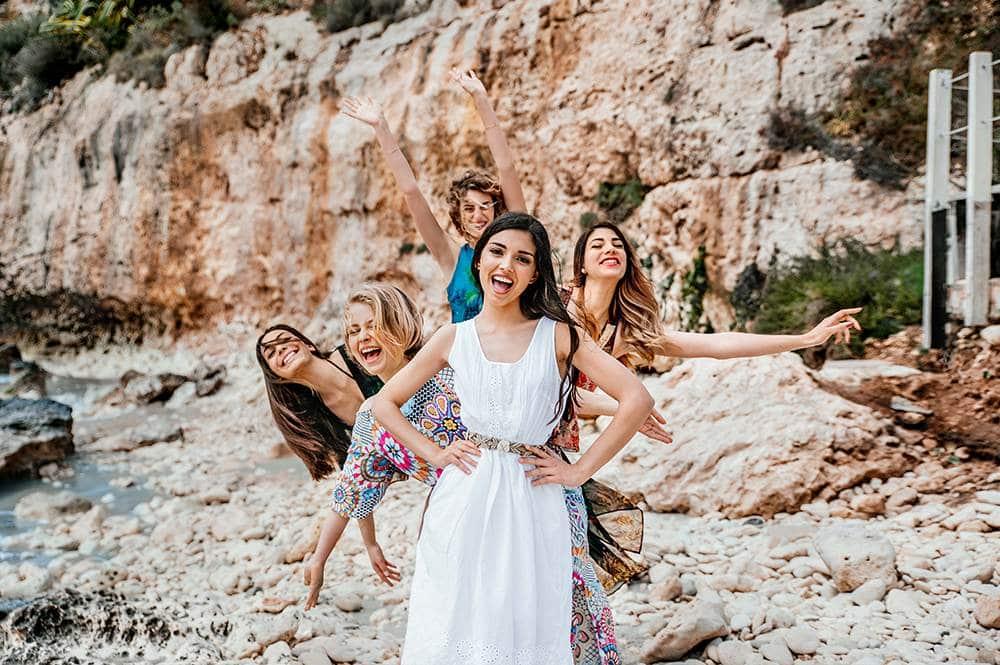 невеста с подружками на берегу моря в Италии