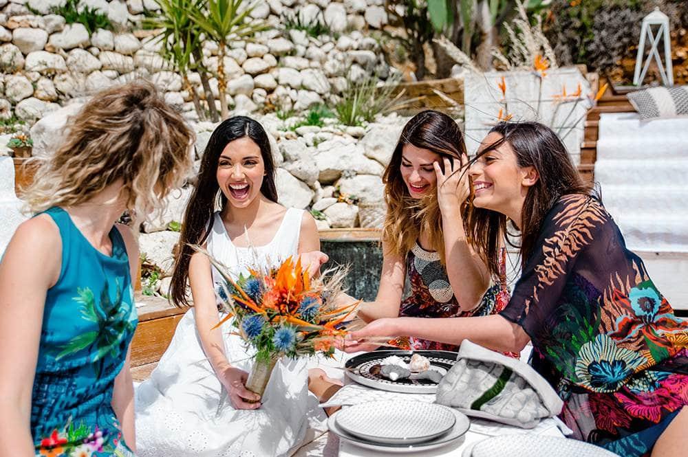 счастливая невеста во время девичника