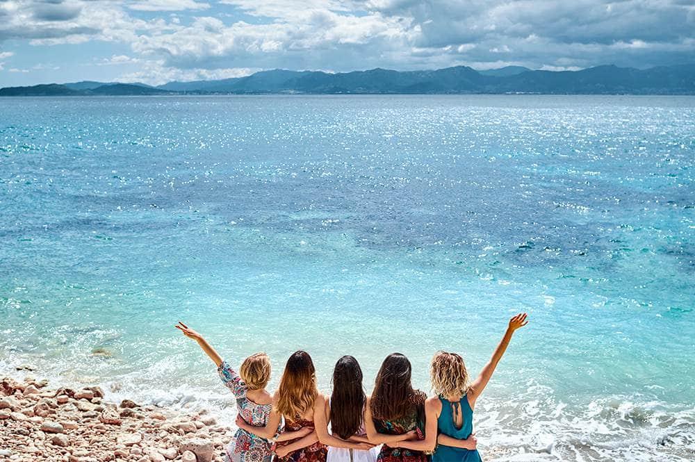 подруги на изумрудном берегу Италии