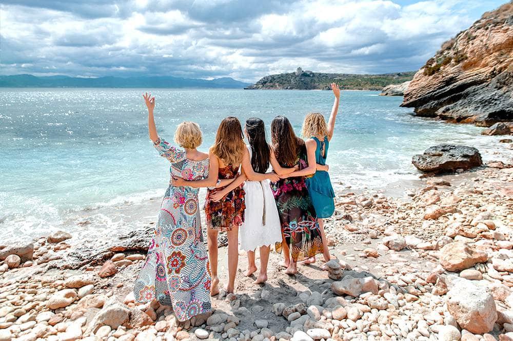молодые и красивые девушки на лазурном берегу во время пикника