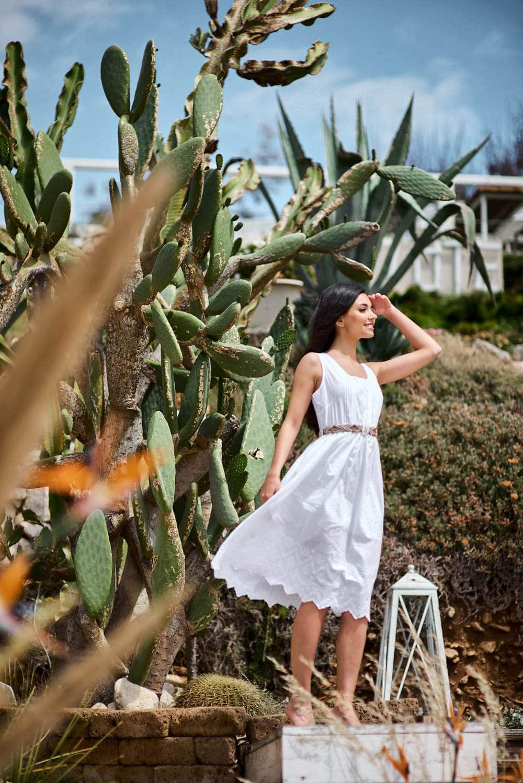 красивая девушка в белом платье на берегу моря
