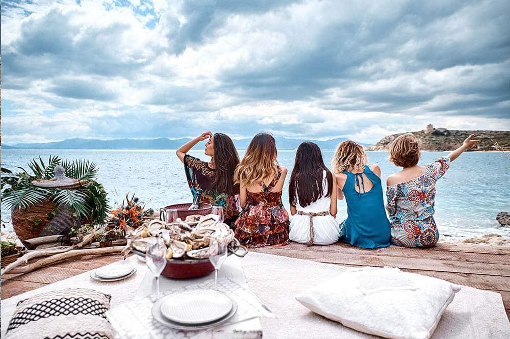 девушки во время дивичника наслаждаются морским пейзажем