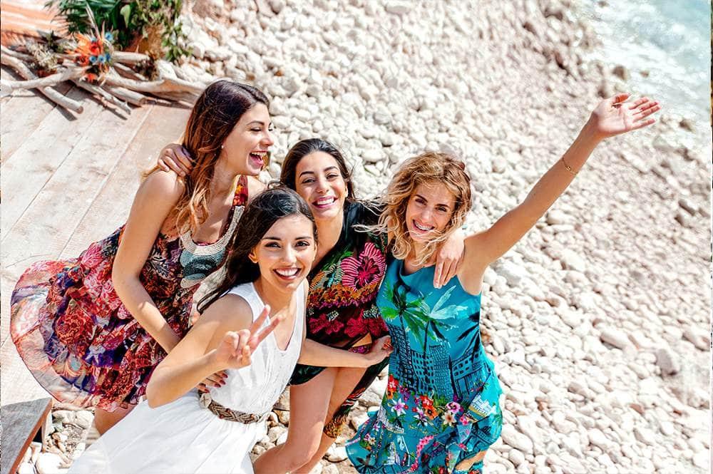 веселые подружки невесты на пляже в Италии