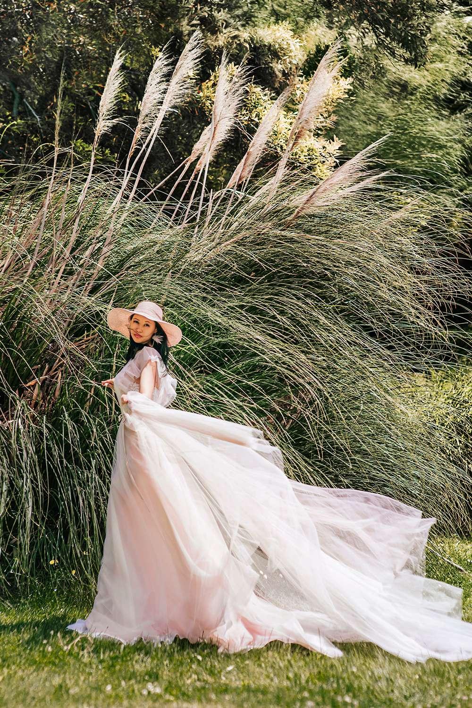 красавица невеста в тропическом саду в Италии