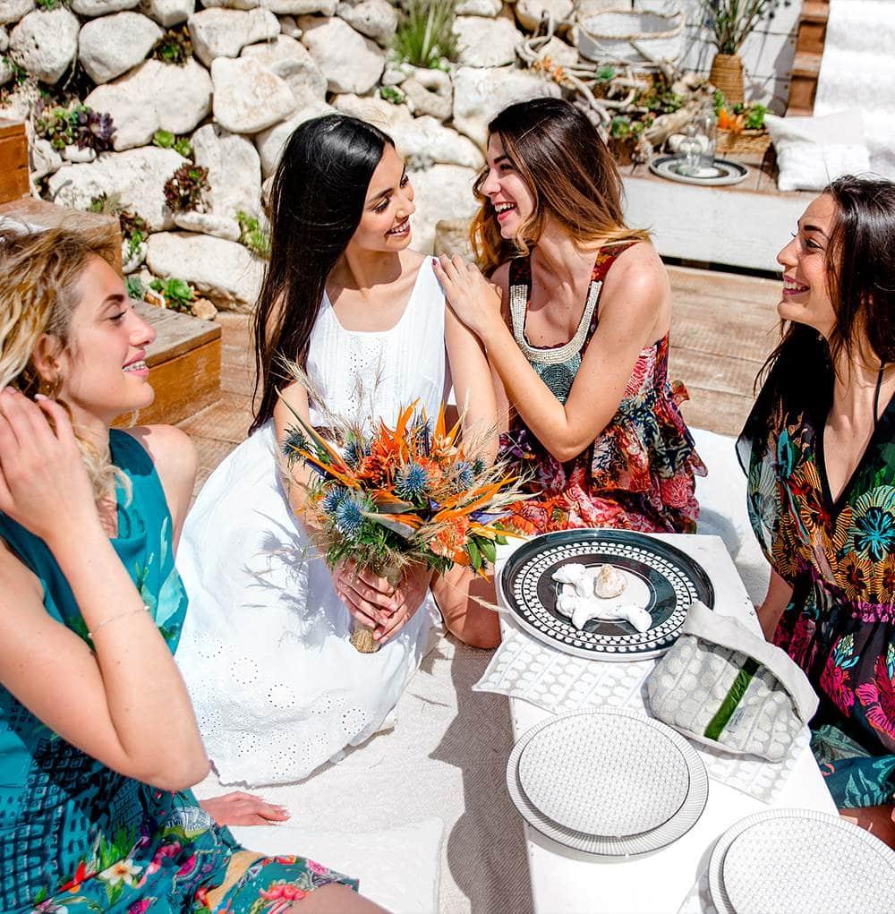 невеста с букетом и подружками во время девичника