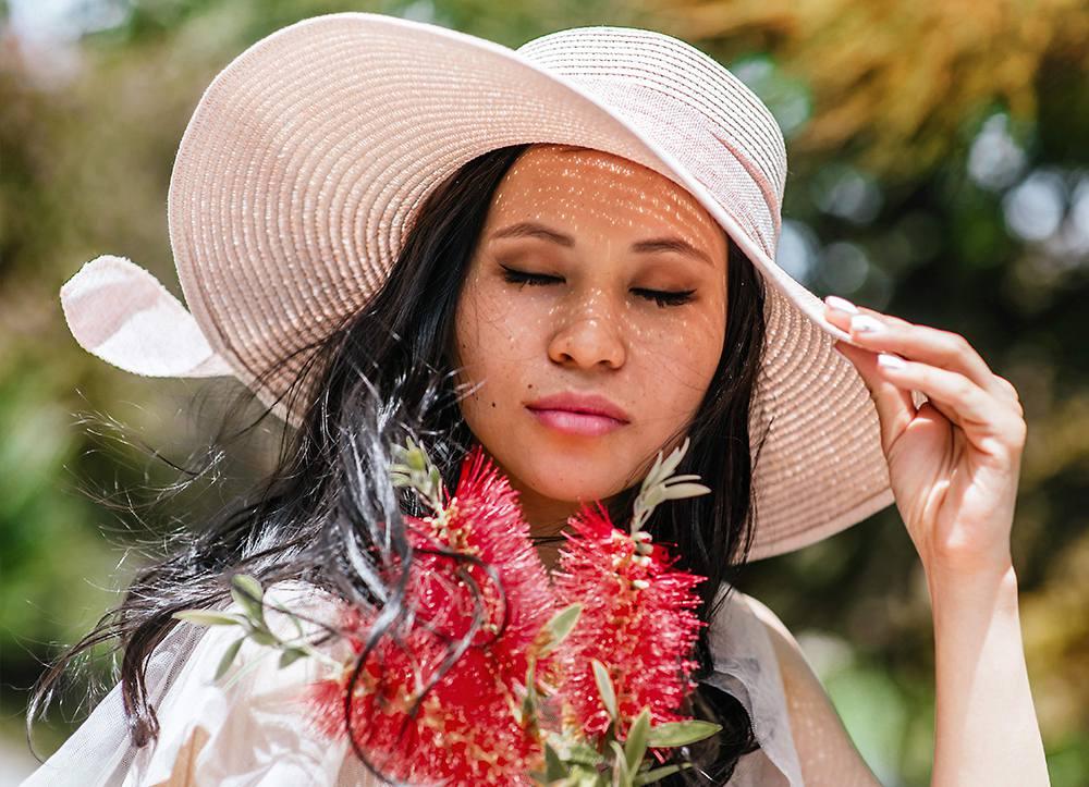 фотопортрет девушки в розовой шляпке