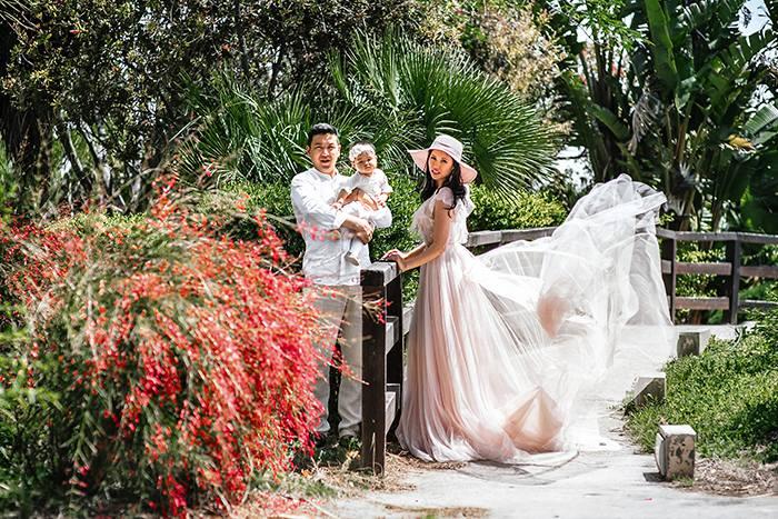 семейная фотография во время прогулки по тропическому саду