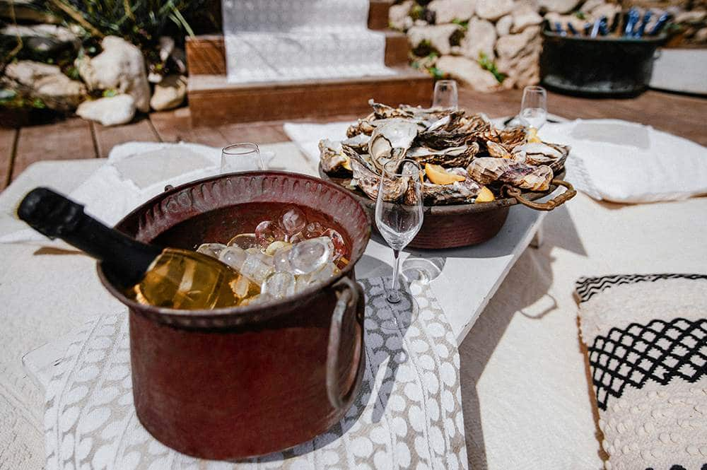 пикник на пляже в Италии с шампанским и устрицами