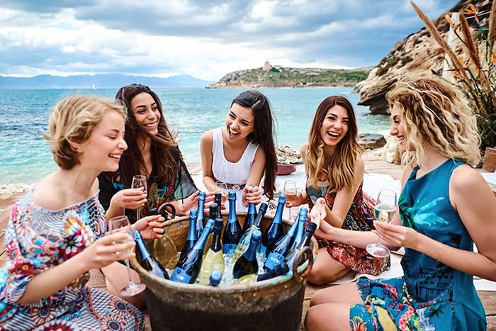 девичник на пляже с морем шампанского в Италии