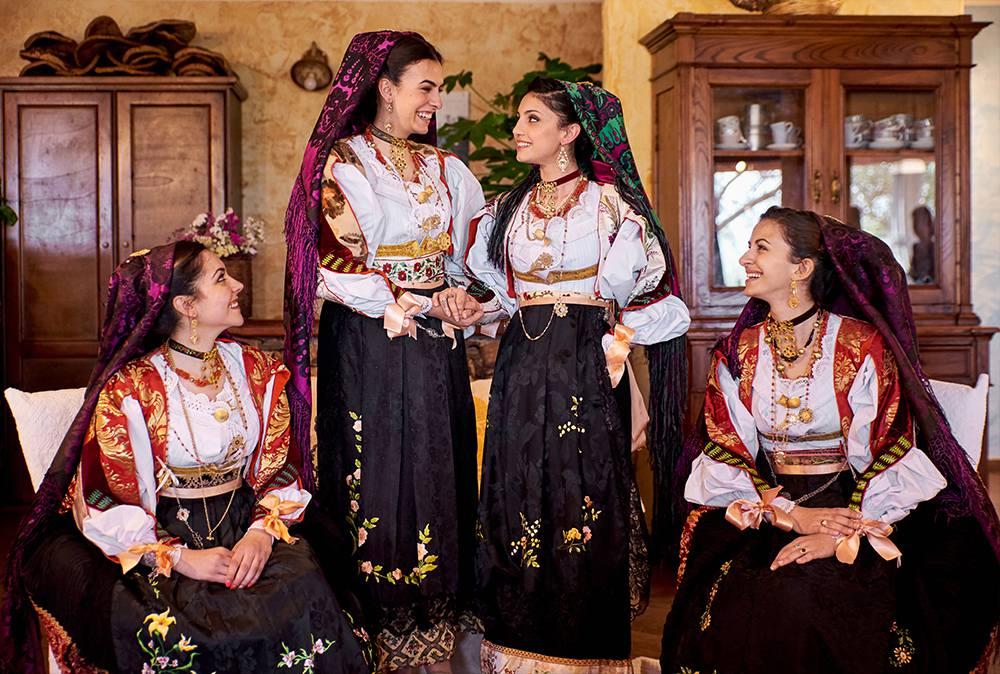 невеста с подружками в национальных сардских костюмах