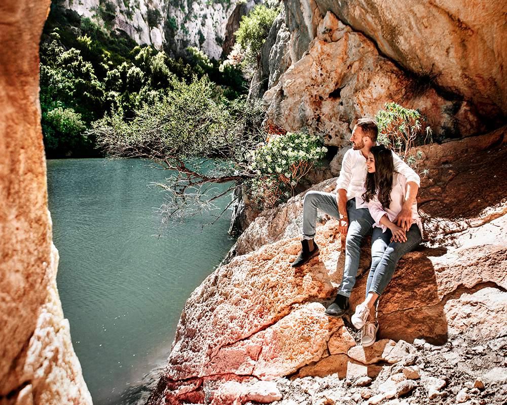 влюбленная пара в парке на Сардинии
