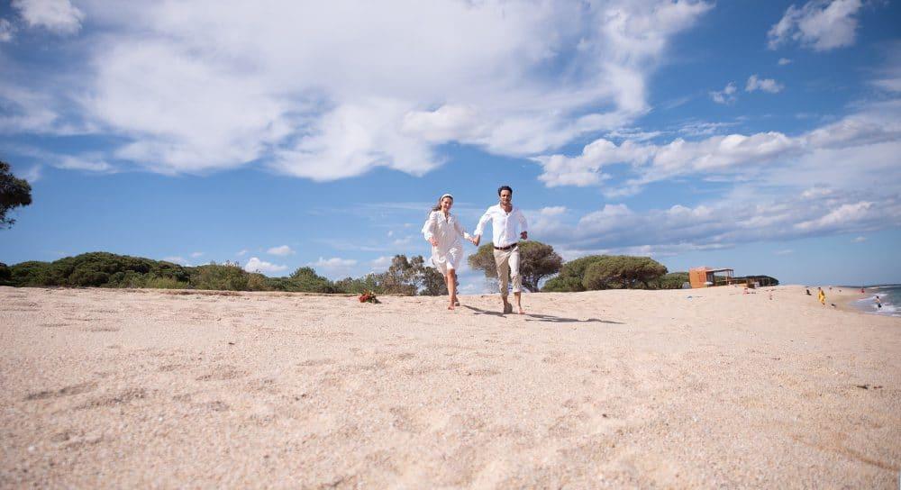 пара влюбленных на пляже