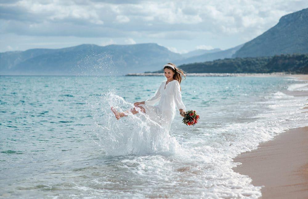 невеста с букетом на пляже