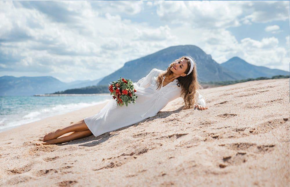 невеста на пляже с букетом