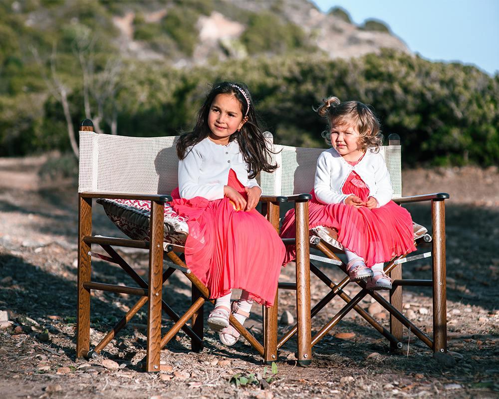 девочки на берегу моря в Италии