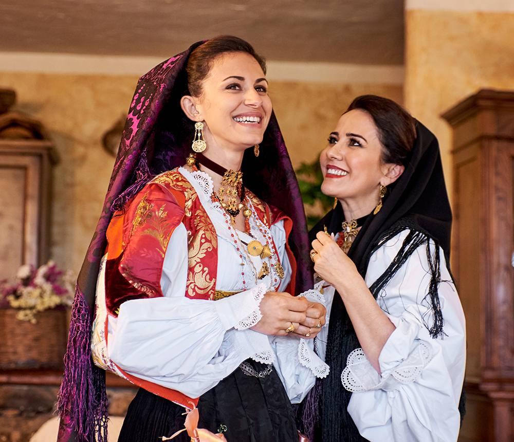 итальянские красавицы в национальных костюмах Сардинии