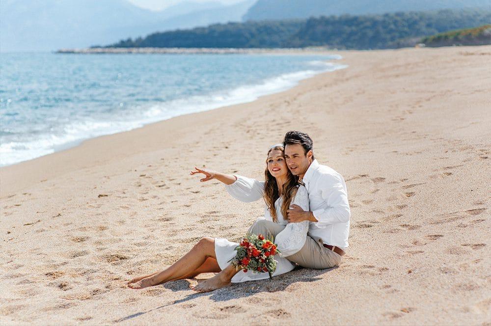 влюбленная и счастливая пара на берегу моря