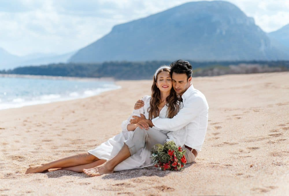 пара влюбленных на красивом пляже