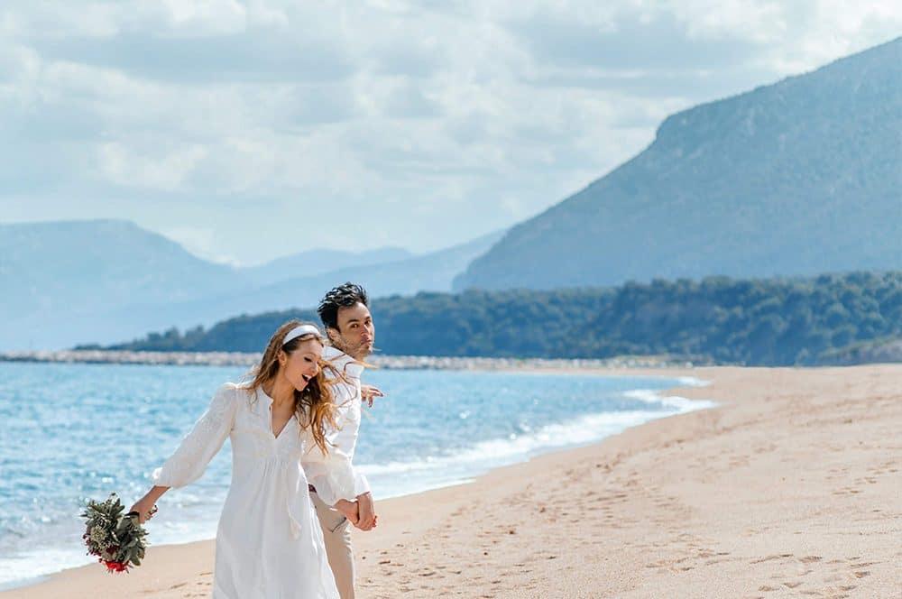 прогулка жениха и невесты по берегу моря в Италии