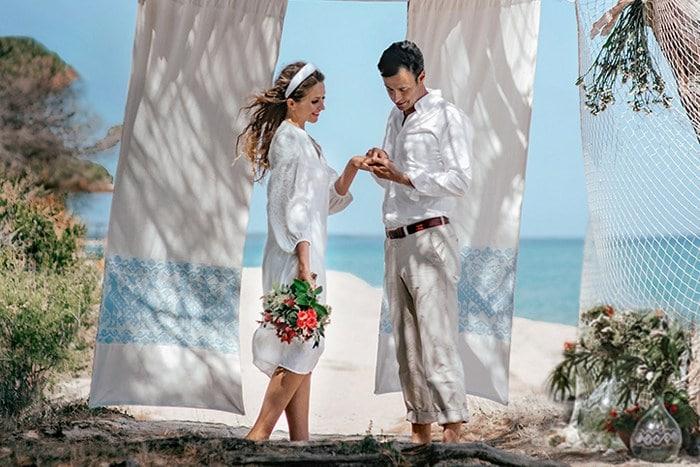 символическая свадебная церемония на пляже в Италии на Сардинии