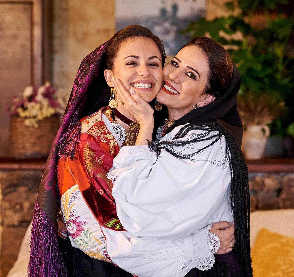женщины в национальных итальянских костюмах на Сардинии