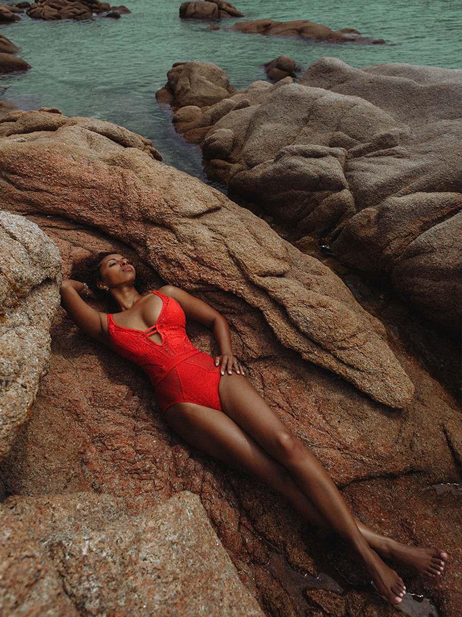 красивая женщина в купальнике