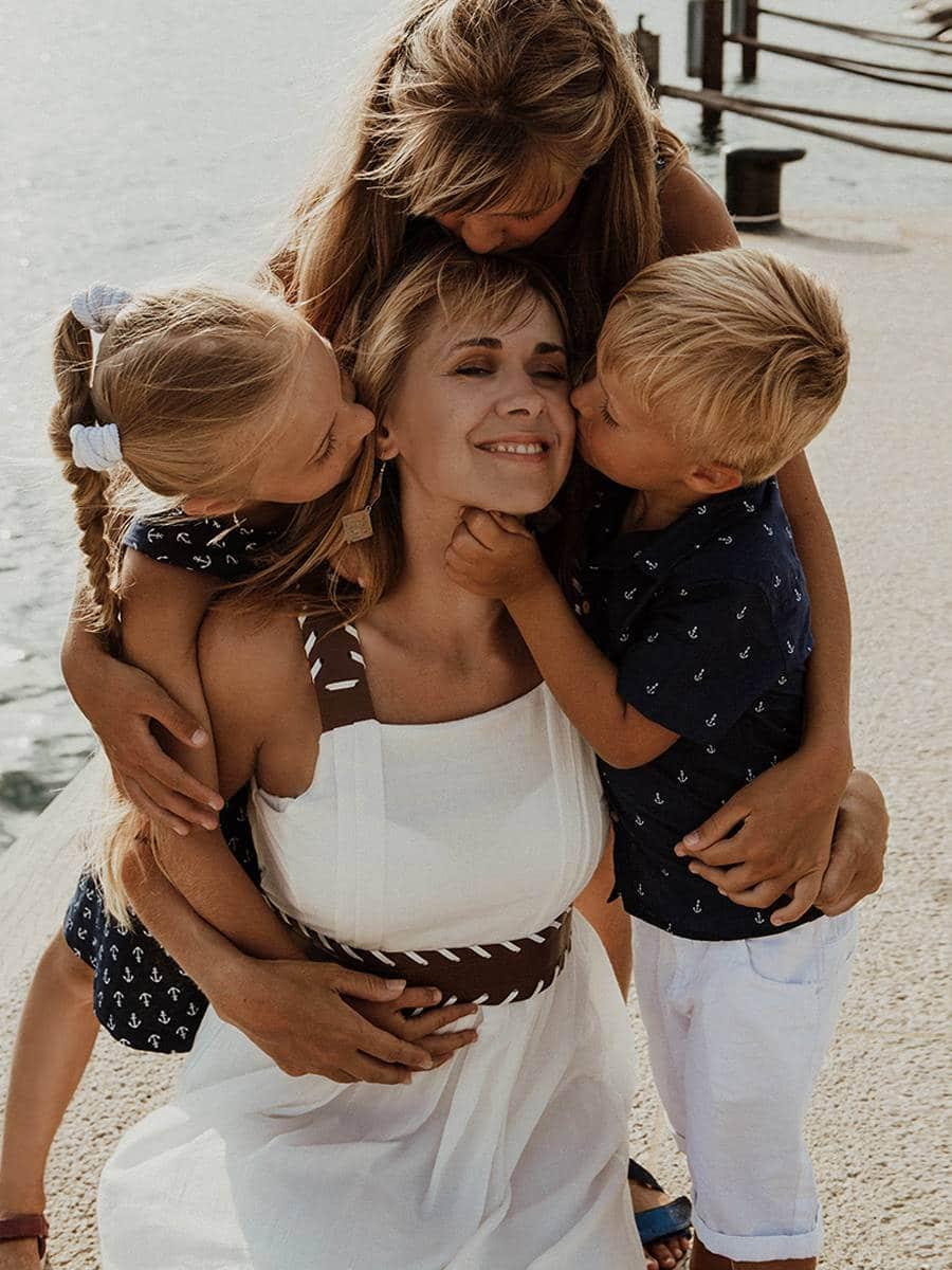 счастливая мама с детками