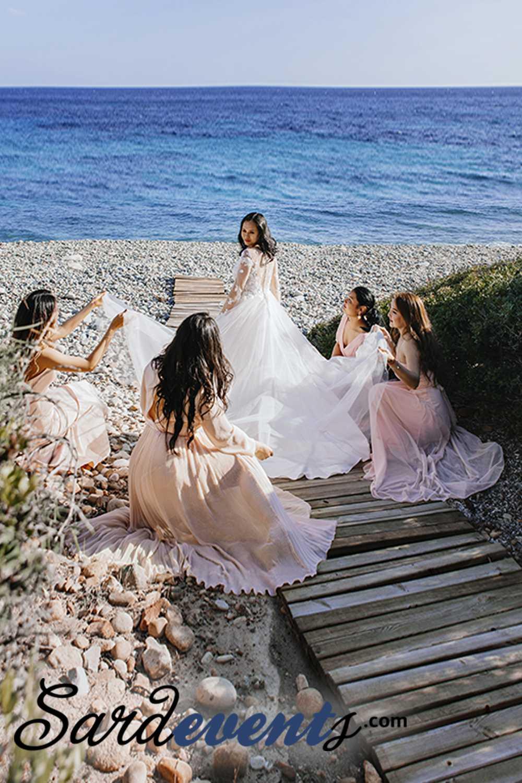 невеста с подоужками на пляже