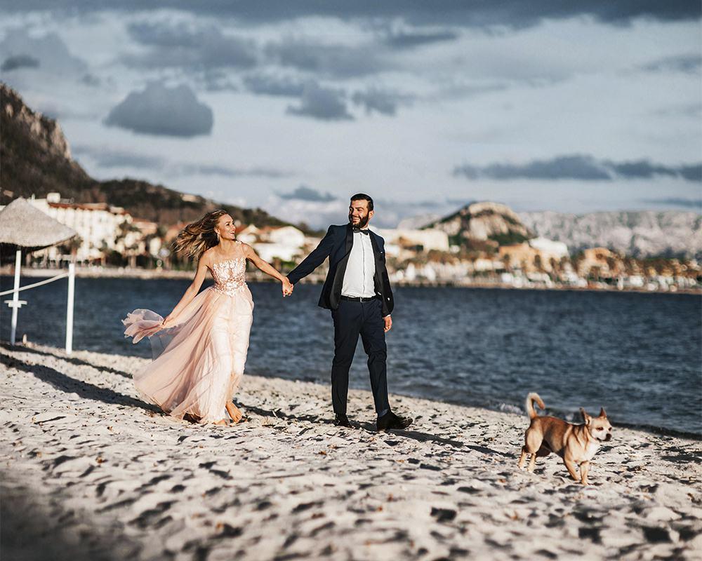 Молодожены с собакой на самом красивом пляже Сардинии