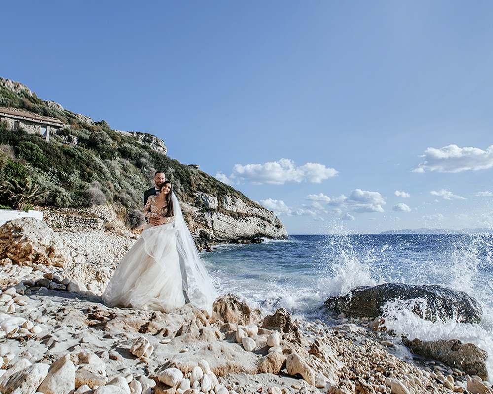 Фотосессия прогулки жениха и невесты по берегу моря на острове в Италии