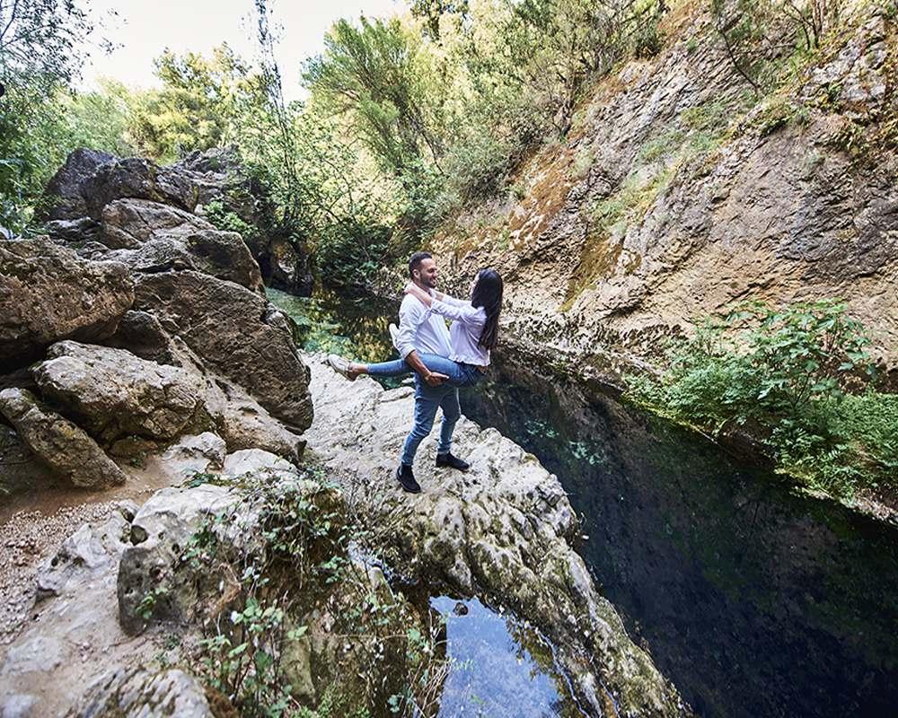 Пара влюблённых среди скал древнего озера на Сардинии