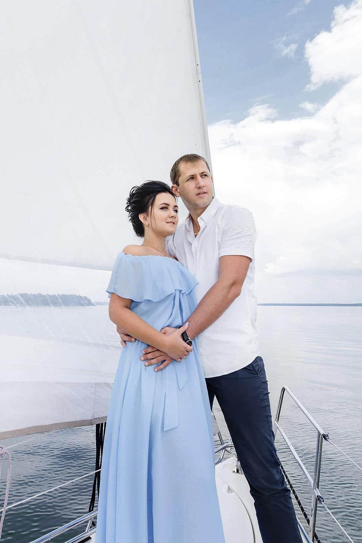 Влюблённая пара во время морской прогулки на паруснике