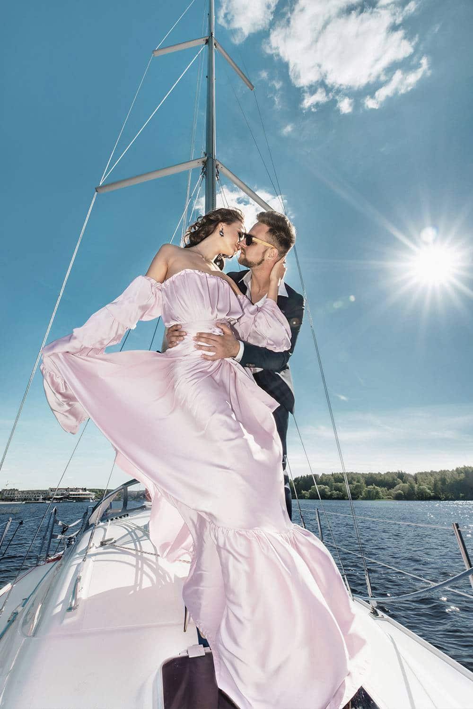 красивая пара влюблённых на паруснике