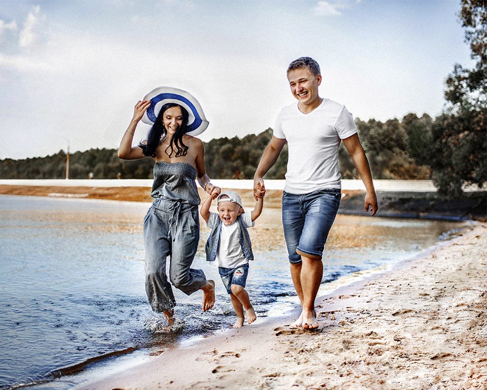 Семейная фотосессия на песочном пляже