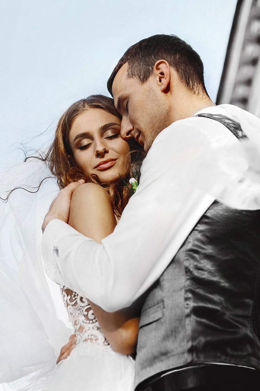 Чувственная фотография жениха и невесты