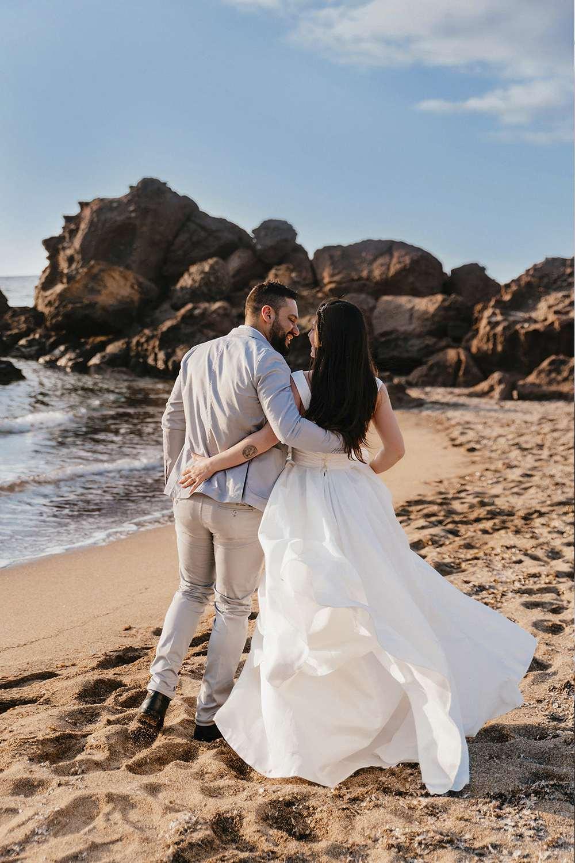 фотография жениха и невесты на пляже в Италии