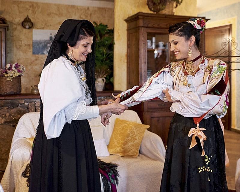 Примерка национального итальянского костюма