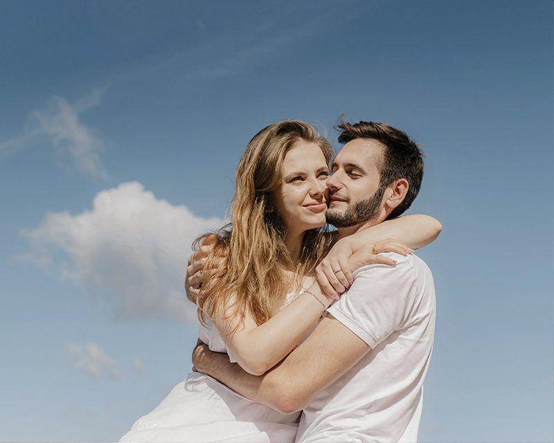 Влюбленная пара на острове