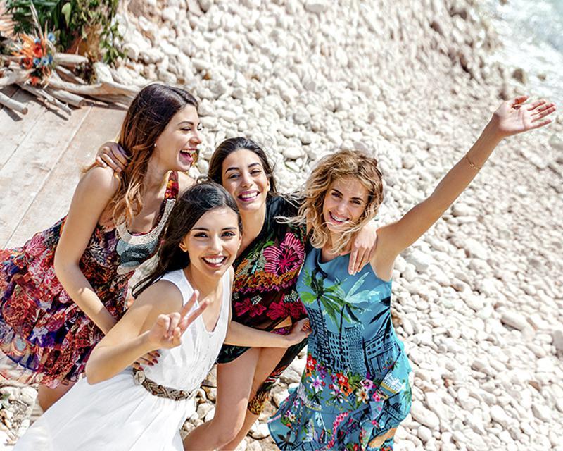 Невеста с подружками на пляже