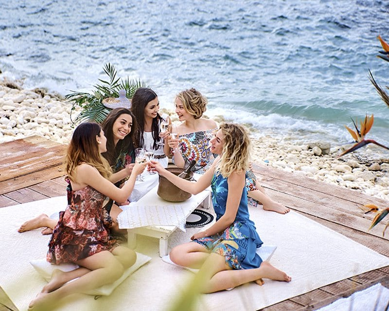 Девушки на берегу моря в Италии