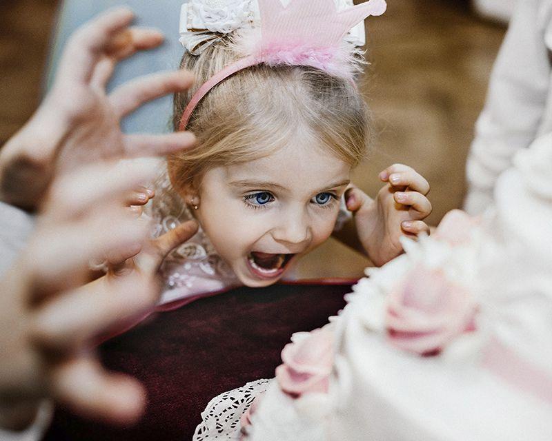 девочка и свадебный торт