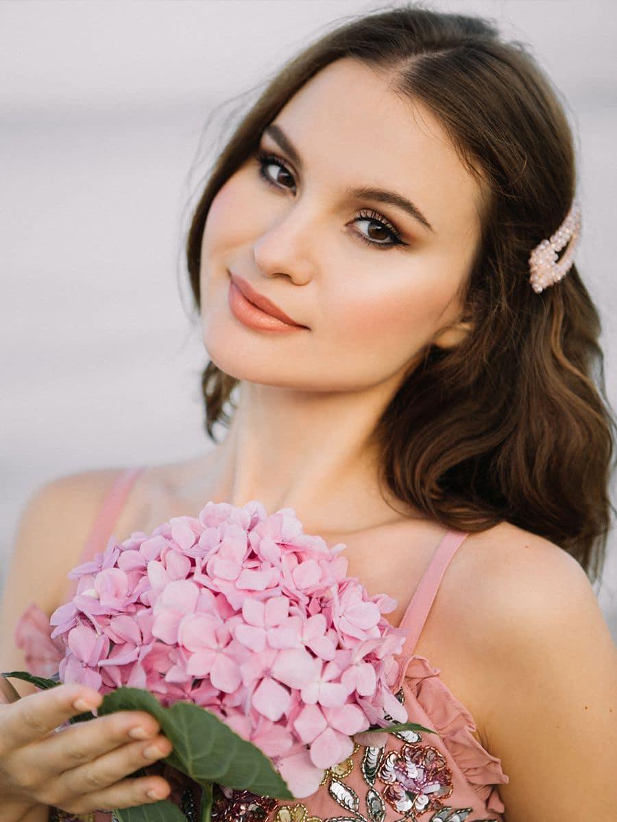 красивая девушка с цветком