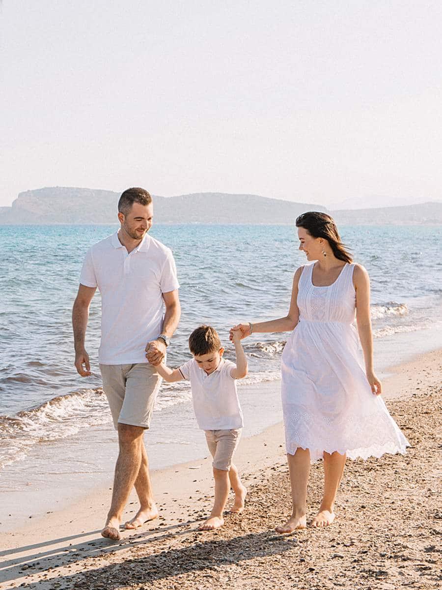 семья с ребенком на пляже