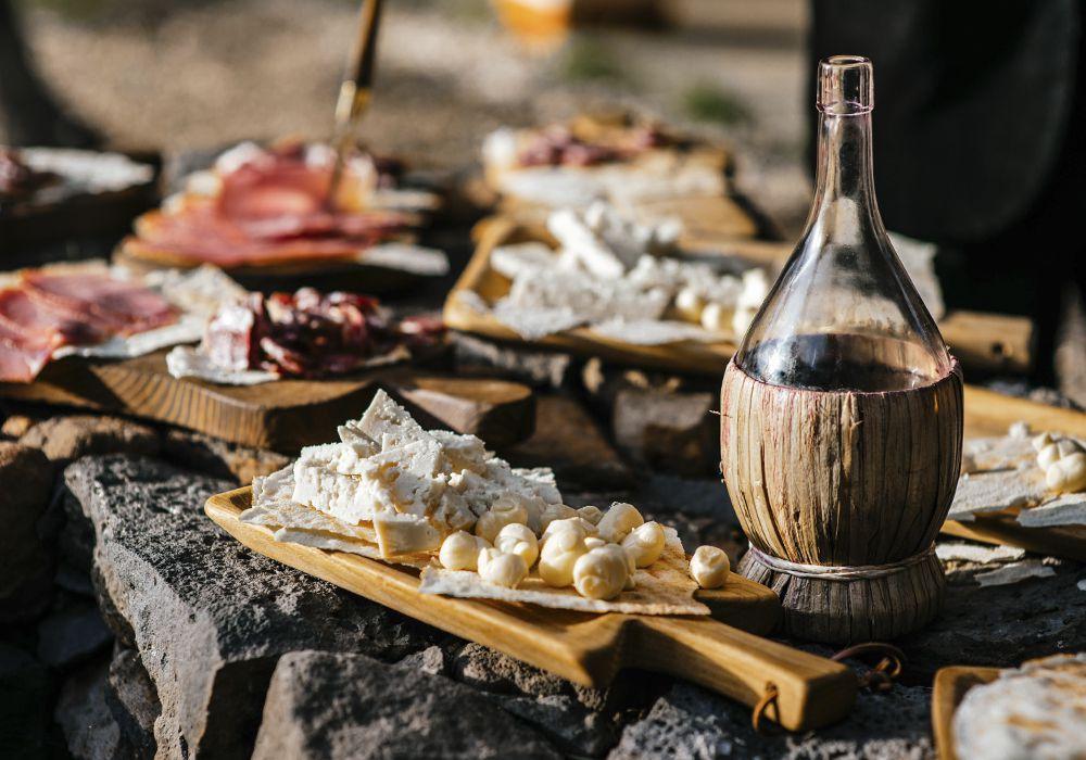 вино, сыры и прошутто итальянские на Сардинии