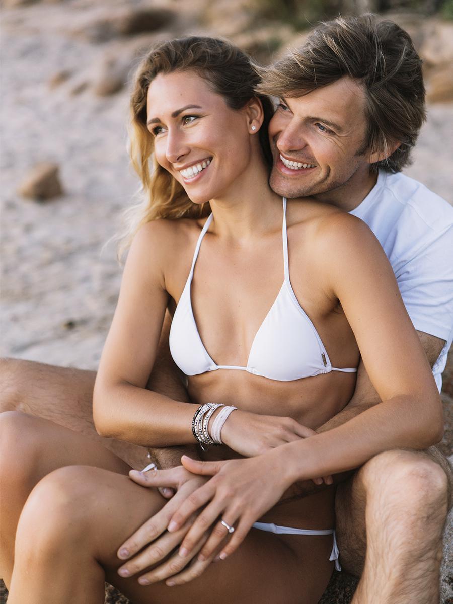 влюбленные на пляже Порто Ротондо