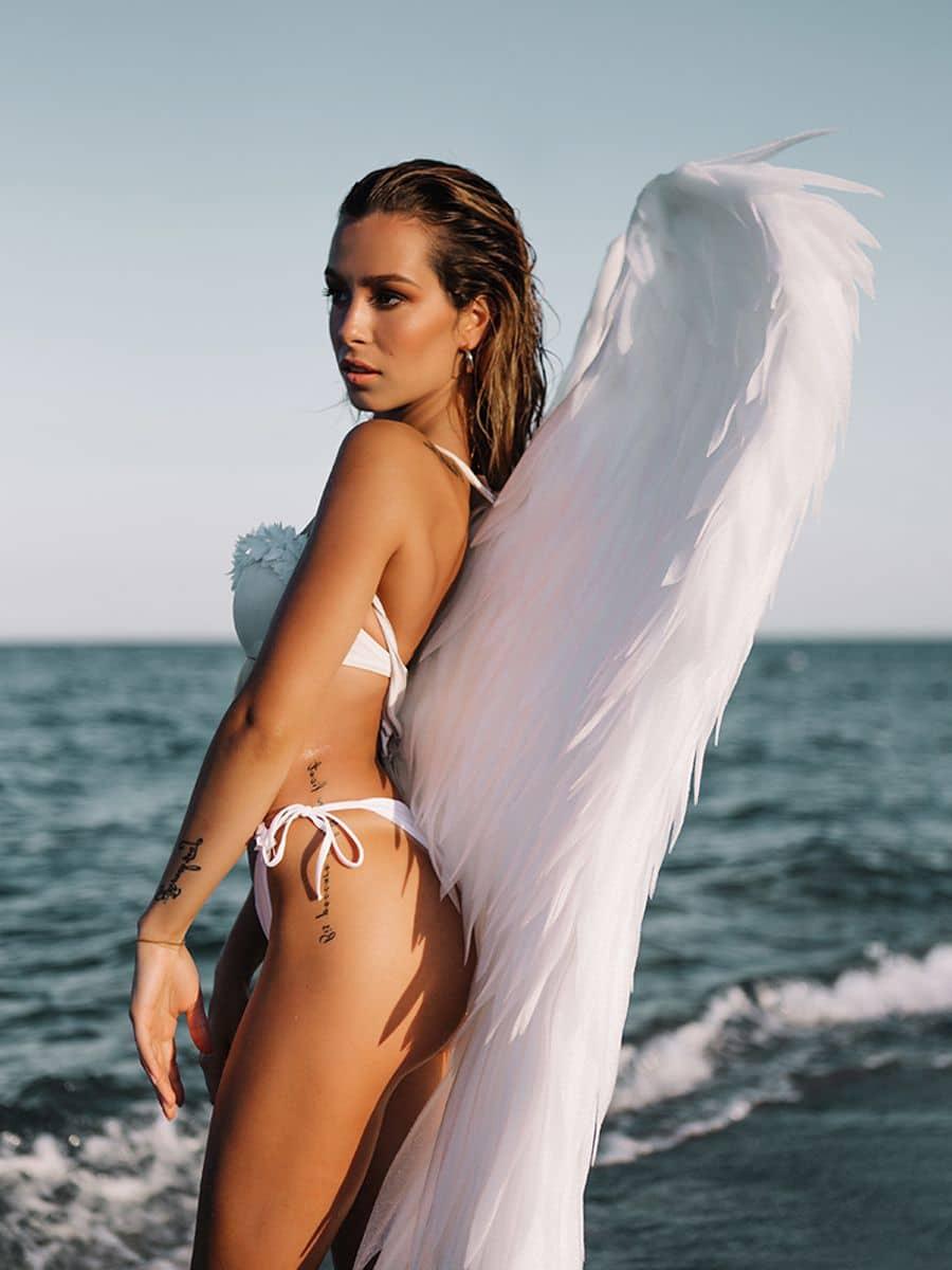 фотосессия с крыльями ангела на море