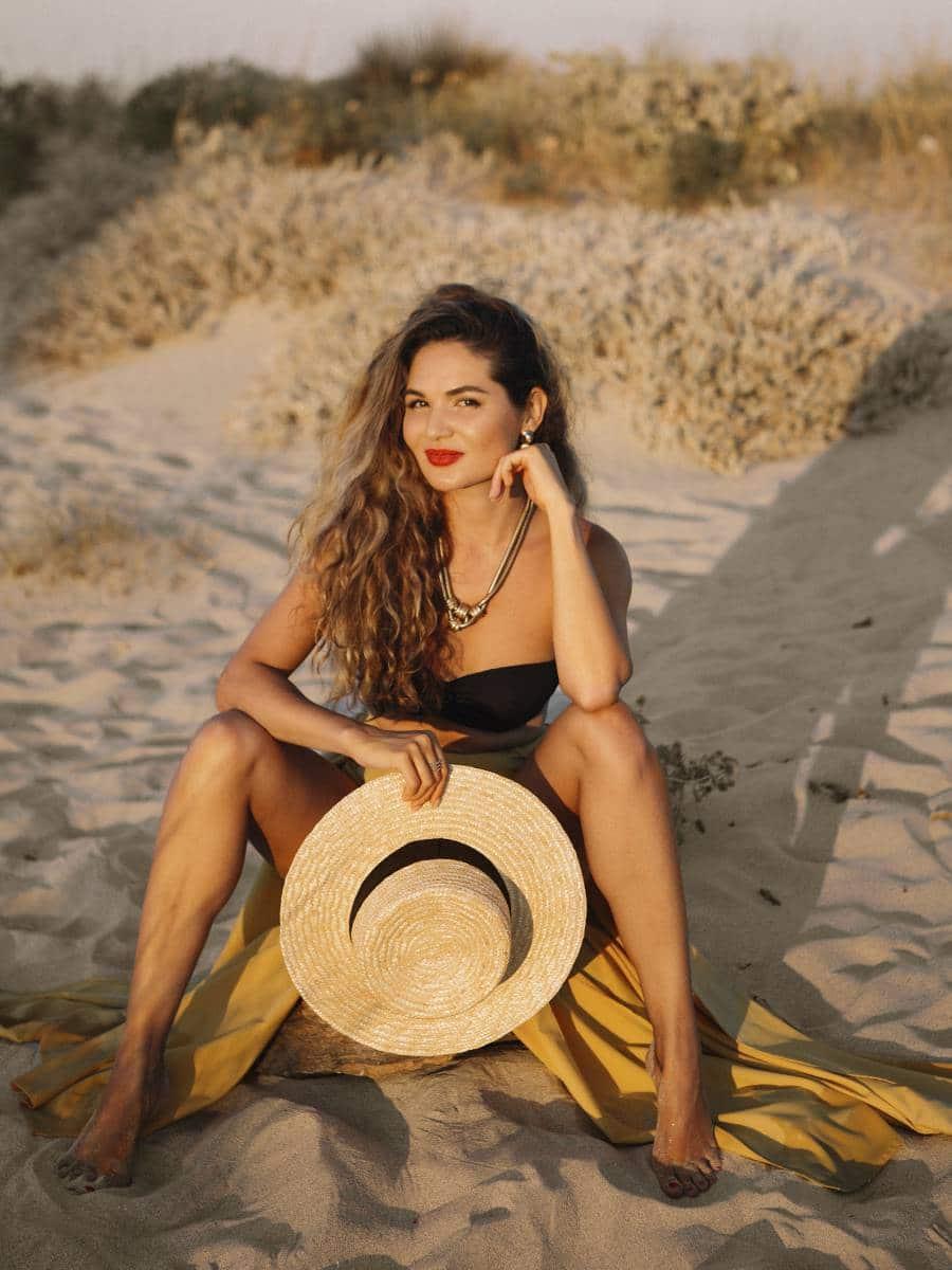 девушка на песчаном пляже