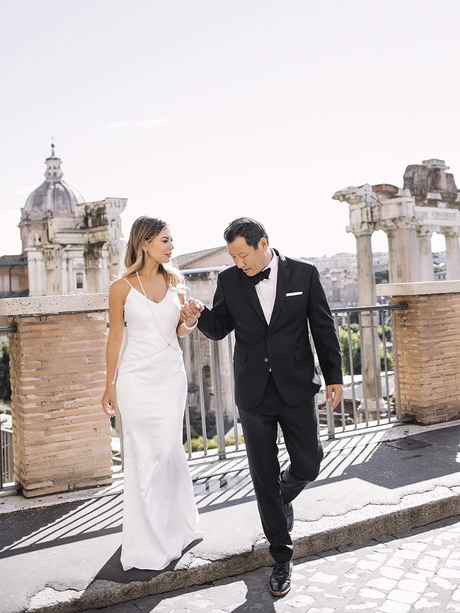 Прогулка жениха и невесты у римского форума в Италии