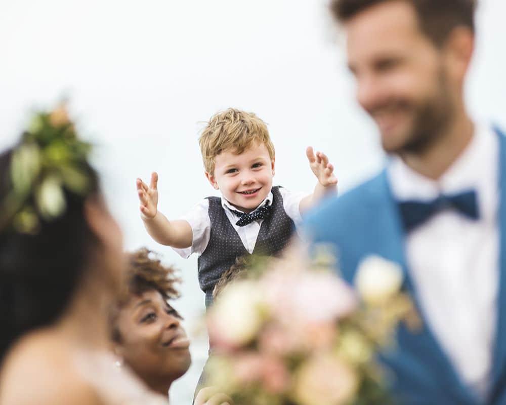 Веселый ребенок на свадебной церемонии